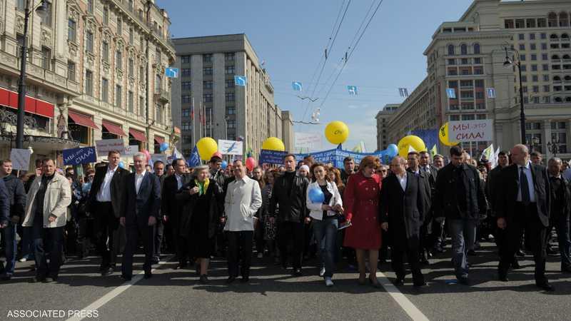بوتين وميدفيديف تقدما مظاهرة ضمت 100 ألف شخص للاحتفال باليوم العالمي للعمال على طريقتهم الخاصة