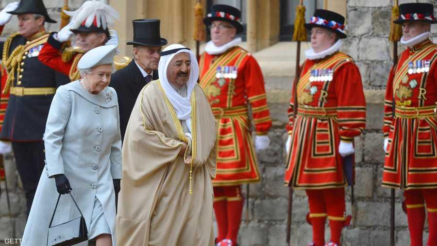 أمير الكويت الشيخ صباح الأحمد الصباح مع الملكة إليزابيث في زيارة للعاصمة البريطانية لندن في نوفمبر