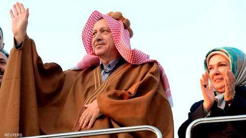 ارتدى رئيس الوزراء التركي، رجب طيب أردوغان، العباية العربية التقليدية خلال زيارة لمخيم أكاكالي للاجئين السوريين على الحدود التركية السورية.