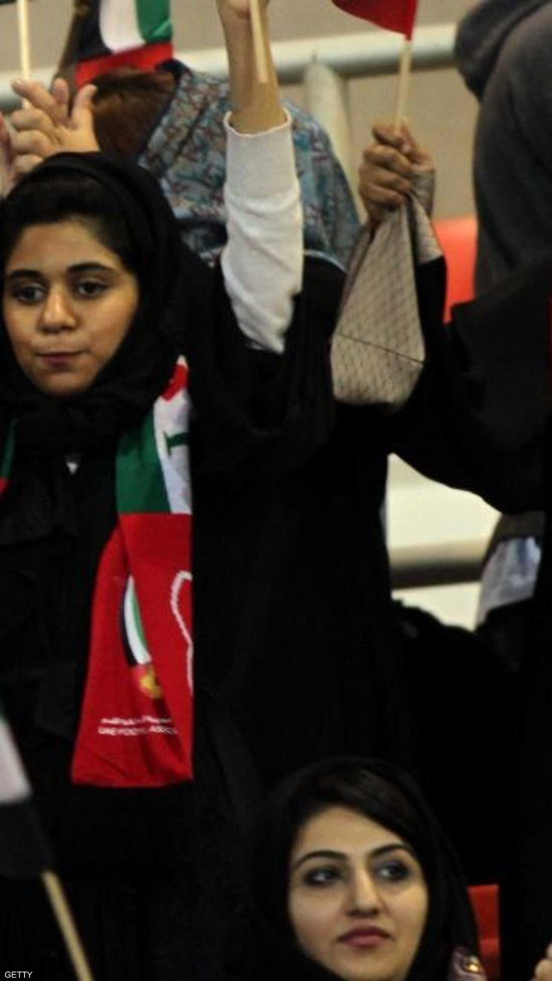 إماراتيات يؤازرن منتخب بلادهن أمام نظيره البحريني في المباراة التي انتهت بفوز الأبيض بهدفين مقابل هدف