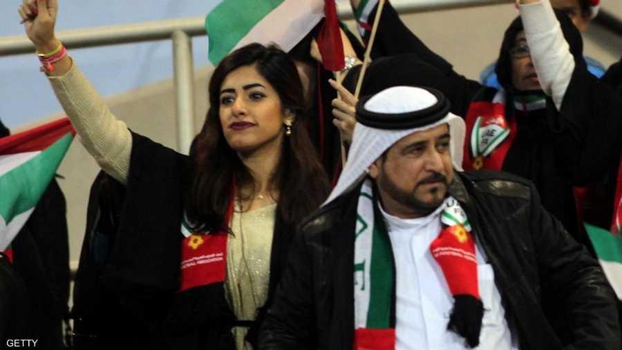 ودعمت المشجعات الإماراتيات الأبيض الذي كان أول المتأهلين إلى نصف نهائي البطولة