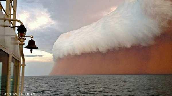 مشهد آخر للعاصفة الرملية وسط المحيط