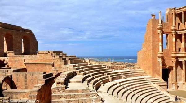 تشتهر مدينة صبراتة بشاطئ رملي على البحر المتوسط تطل عليه غابات الصنوبر والمتنزهات.