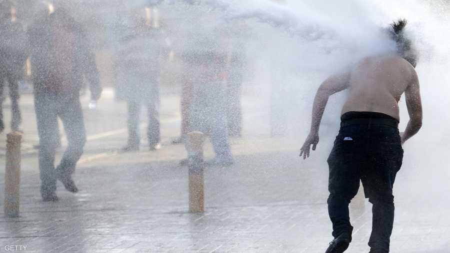 خراطيم المياه لتفريق المتظاهرين