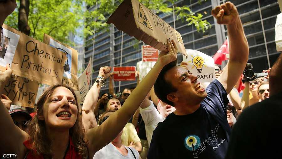 متظاهرون يدافعون عن العلمانية في تركيا