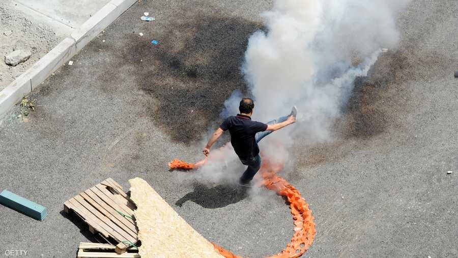 لجأت الشرطة إلى قنابل الغاز بعد أن اتسع نطاق المظاهرات