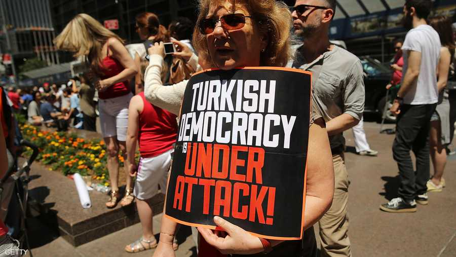 ترى هذه المتظاهرة أن حكومة أردوغان تهدد ديمقراطية تركيا