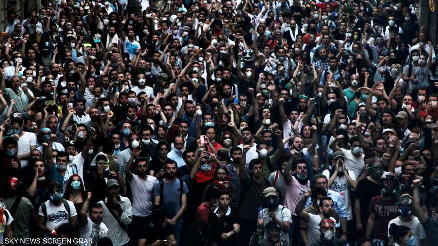 آلاف المتظاهرين المعارضين لأردوغان تدفقوا إلى ساحة تقسيم في اسطنبول