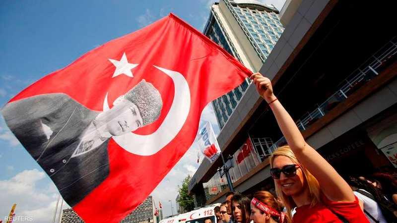 المتظاهرون برفعهم صور أبو الأتراك (أتاتورك) يعبرون عن تمسكهم بالعلمانية التي أرساها الأخير بعد انهيار السلطنة العثمانية.