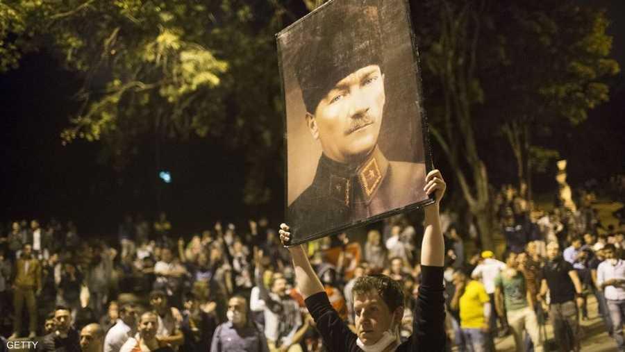 بعد نحو 10 سنوات من حكم حزب العدالة والتنمية الإسلامي يبدي الكثيرون تخوفهم من سقوط علمانية أتاتورك