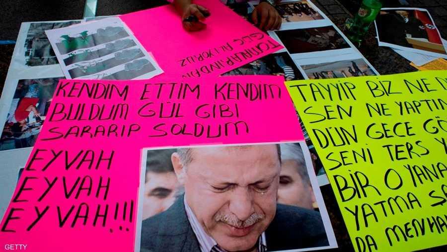 أما أردوغان، فهو يريد إعادة البلاد إلى الحقبة العثمانية حسب ما يقول معارضوه.