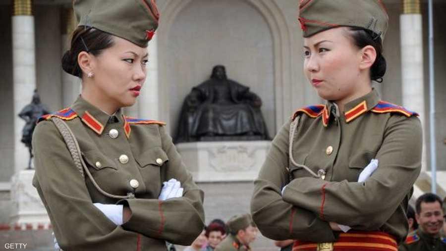 جنديتان من منغوليا خلال نوبة حراسة