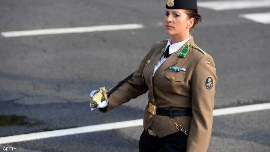 بالملابس العسكرية والنياشين في المجر