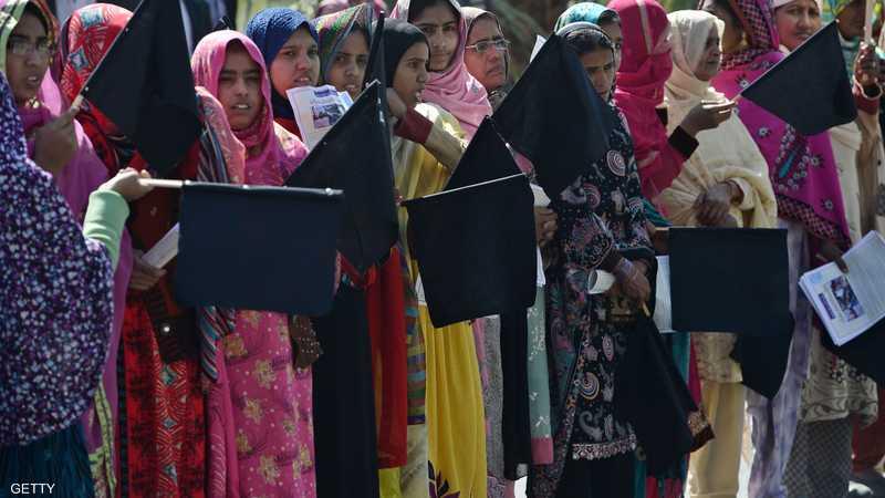 ناشطات باكستانيات يحملن أعلام سوداء احتجاجا على أوضاع المرأة أثناء مشاركتهن في مسيرة بإسلام آباد.