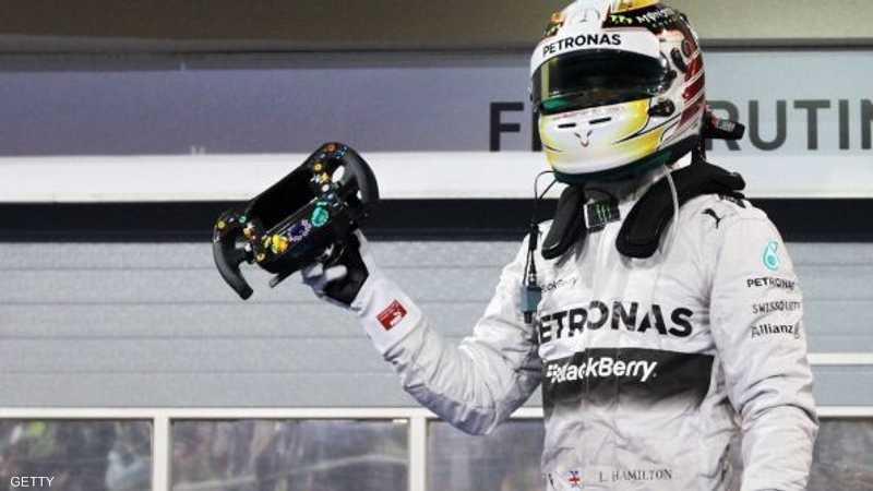 البريطاني لويس هاملتون يحتفل بفوزه بالمركز الأول في سباق جائزة البحرين الكبرى