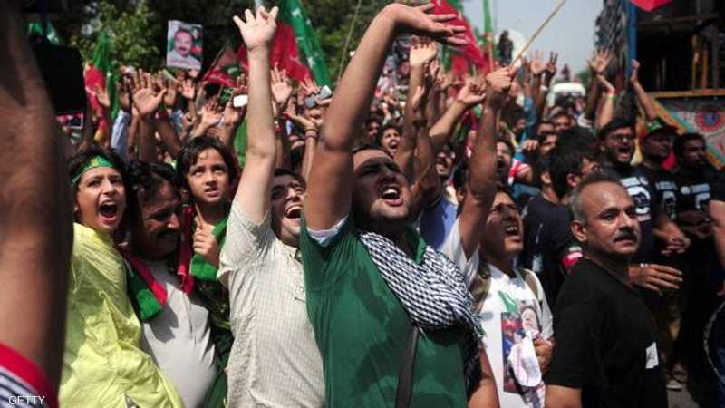 تجمع آلاف المعارضين في مدينة لاهور الباكستانية، لتنظيم مسيرة حاشدة تطالب برحيل الحكومة