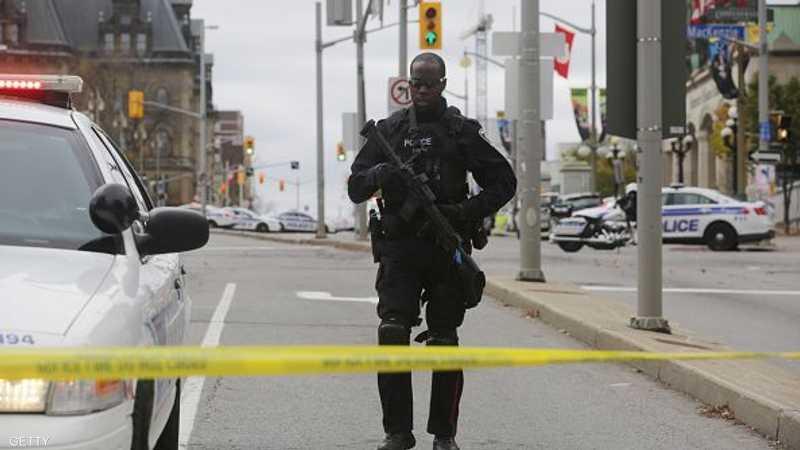 شرطي من القوات الخاصة خلف أحد الحواجز المحيطة بالبرلمان الكندي
