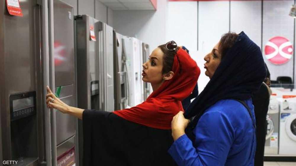 فتيات إيرانيات في إحدى مراكز التسوق بأصفهان
