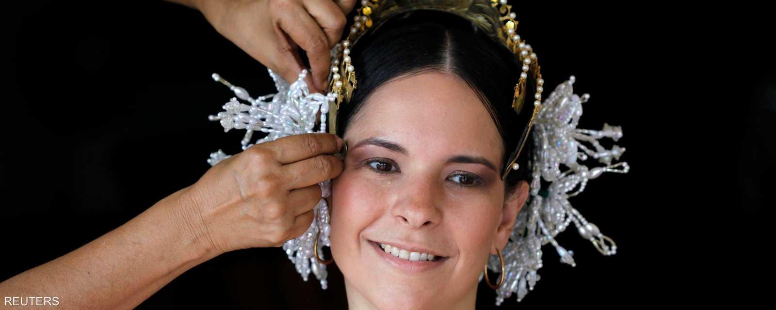 زينة للشعر تضفي رونقا على المشاركات بالموكب وتعيد إلى الأذهان صورة المرأة التقليدية