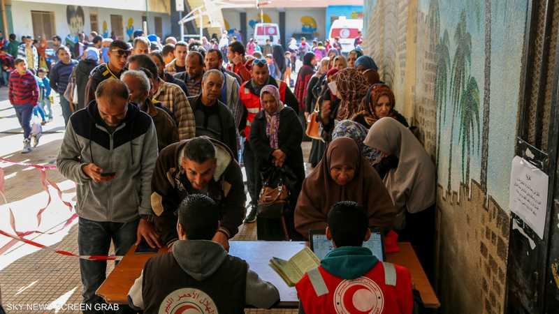 ليبيون يسجلون أسماءهم لدى الهلال الأحمر ببنغازي لتلقي المساعدات