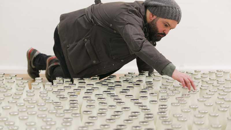 الفنان السوري، إبراهيم فخري، قال إن استخدام زجاجات الحليب يهدف إلى تقريب صورة الوضع في سوريا إلى أذهان البريطانيين