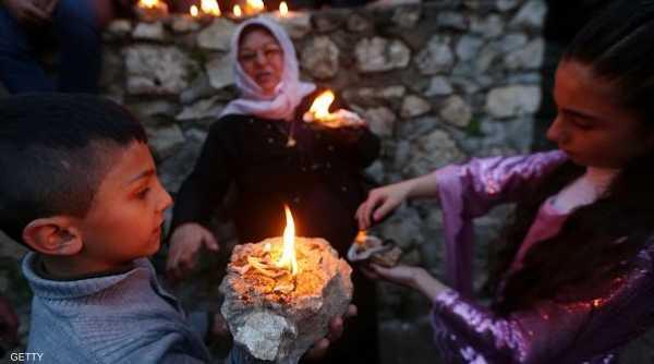 أسرة إيزيدية تحضر المصابيح للاحتفال