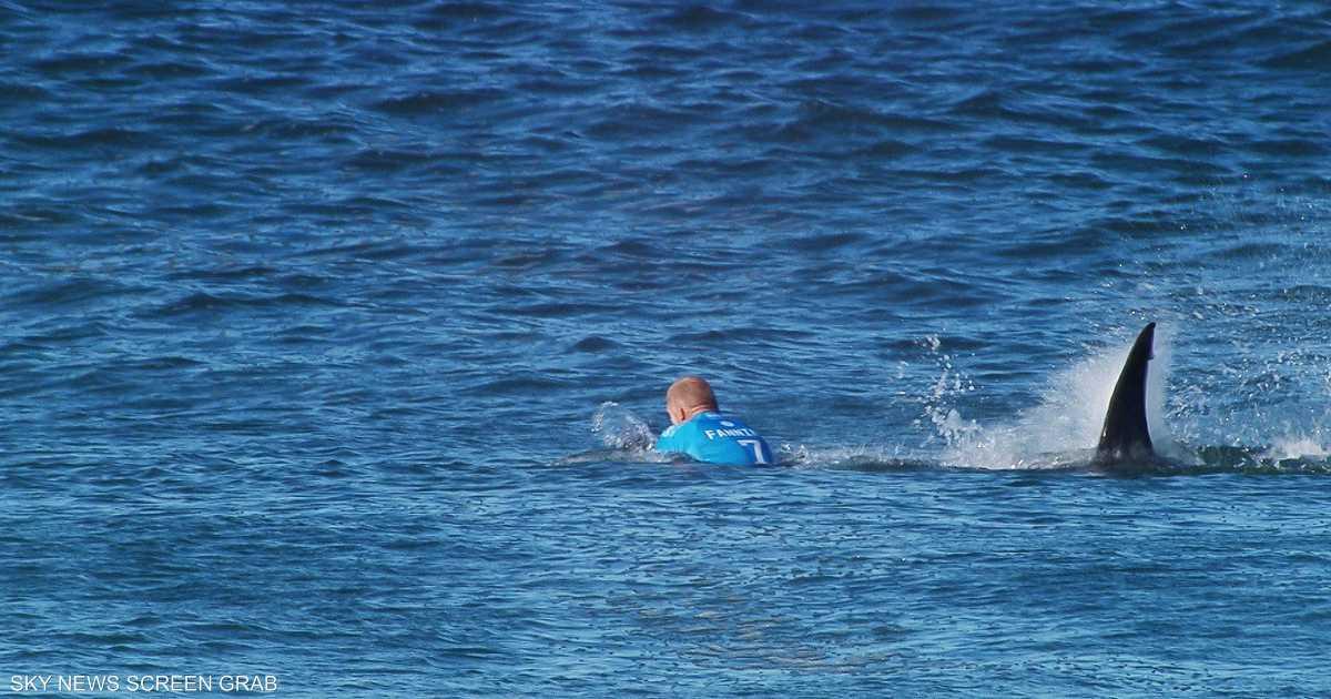 """سمكة قرش تهاجم """"راكب أمواج"""" أمام الكاميرات"""