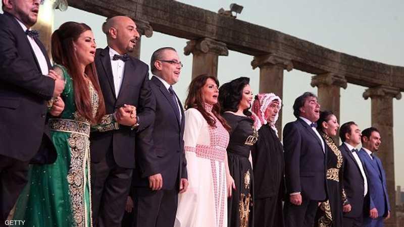 فنانون أردنيون على خشبة المسرح خلال حفل افتتاح الدورة 30 لمهرجان جرش