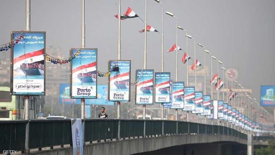 علقت أعلام ولافتات ضخمة على المباني الحكومية وفنادق وسط القاهرة