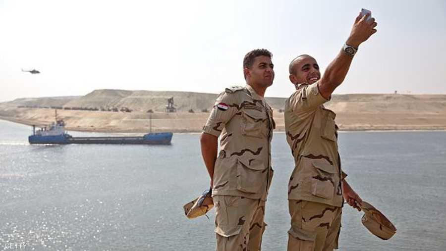 وسيلفي لعنصرين من الجيش المصري على ضفاف قناة السويس