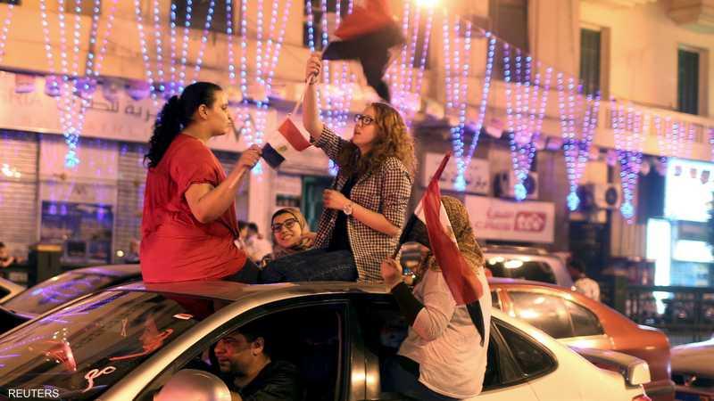 فتيات يلوحن بالعلم في ميدان التحرير احتفالا بافتتاح القناة الجديدة
