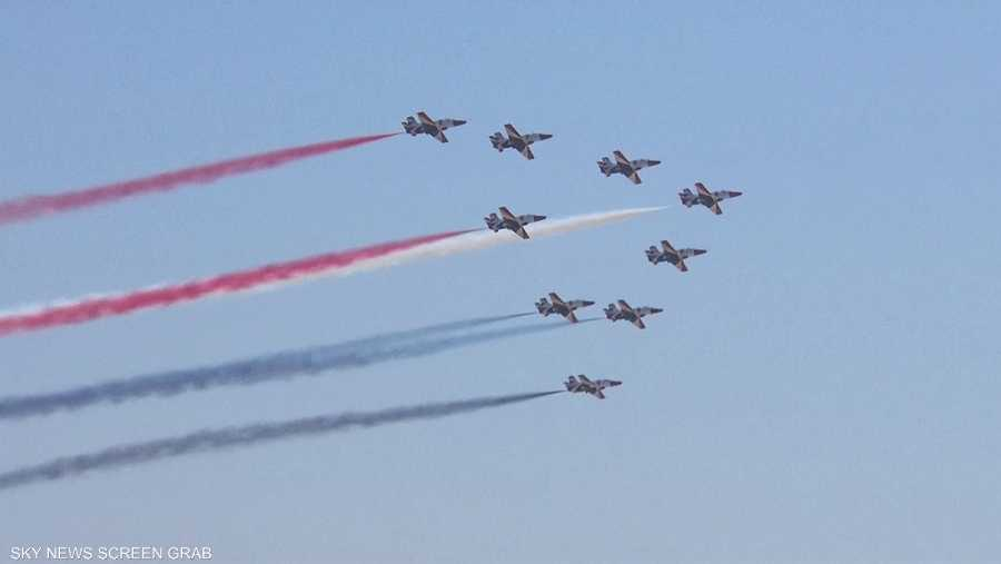 طائرات ترسم العلم المصري في قناة السويس الجديدة
