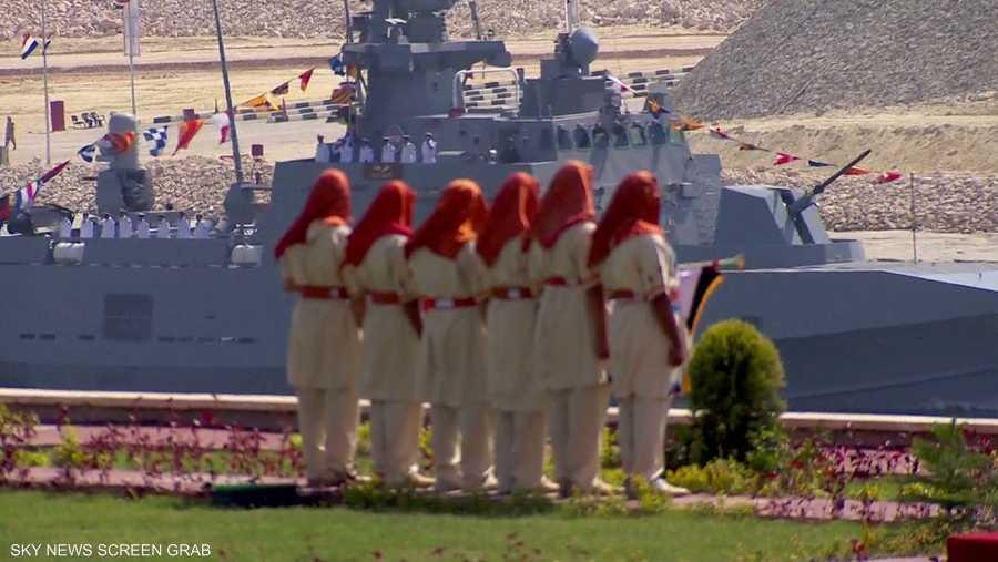 فرقة ترتدي الزي الفرعوني التقليدي وتشارك في احتفالات افتتاح القناة
