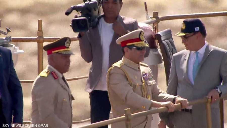 الرئيس السيسي رفقة وزير الدفاع خلال مراسم افتتاح القناة الجديدة.