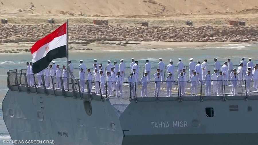 العلم المصري يرفرف على إحدى السفن خلال مراسم الافتتاح