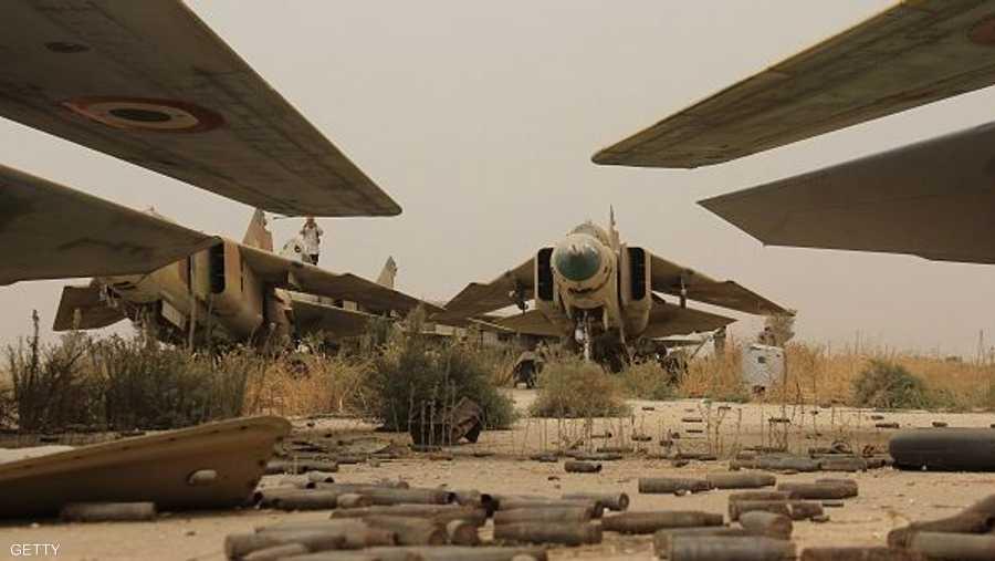 عدد من الطائرات المقاتلة صالح للطيران