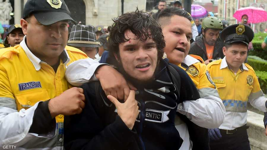 عناصر الشرطة تعتقل أحد المحتجين