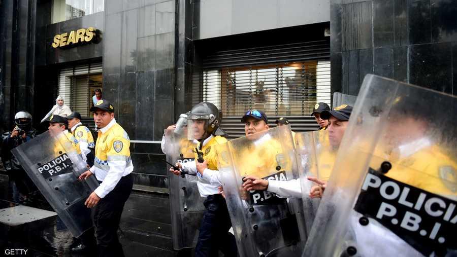 عناصر من الشرطة المكسيكية خلال صد المحتجين