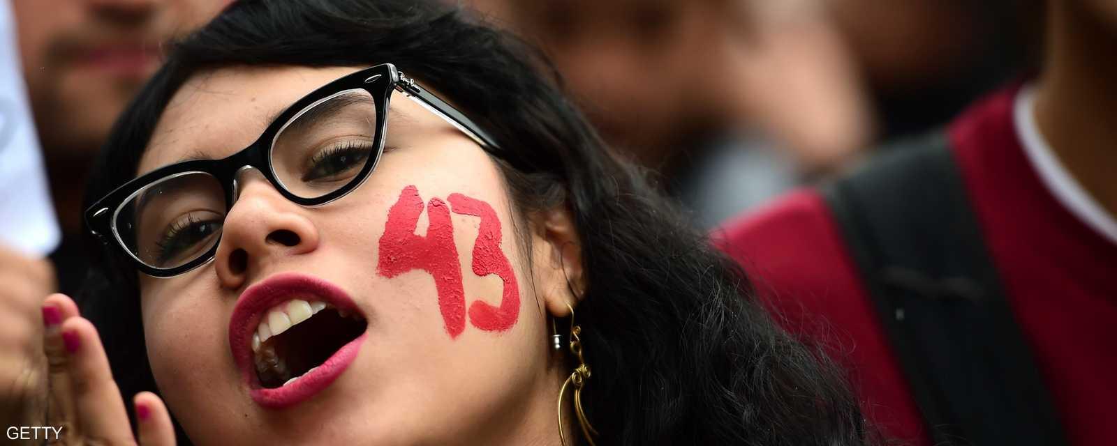 محتجة مكسيكية تطالب بكشف مصير 43 طالبا مختفيا