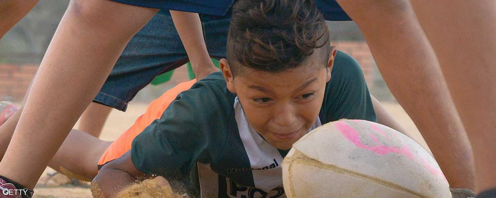 """يهدف برنامج منظمة """"فلير"""" الفرنسية للرغبي إلى إبعاد الأطفال عن العنف عبر تدريبهم على رباضة الرغبي"""