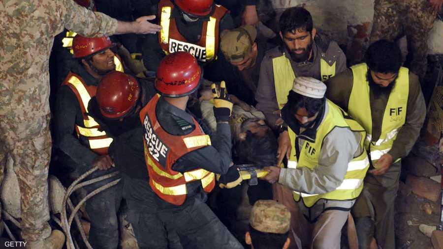 إخراج أحد الضحايا من تحت الركام بعد ساعات من العمل.