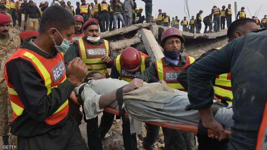 ضحية أخرى أخرجها رجال الإنقاذ من بين حطام المبنى.