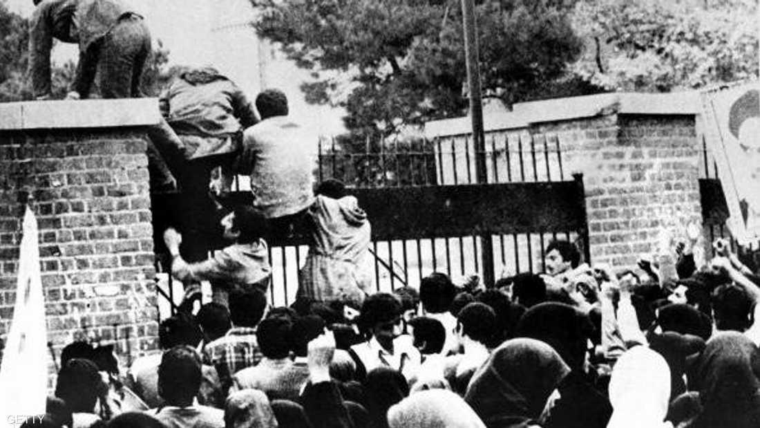 إيرانيون يقتحمون السفارة الأميركية في طهران عام 1979 (أرشيف)