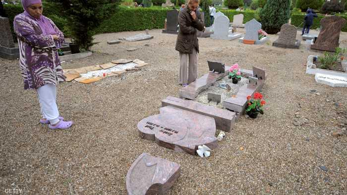 الاعتداء على قبور المسلمين في باريس 1-808441.jpg