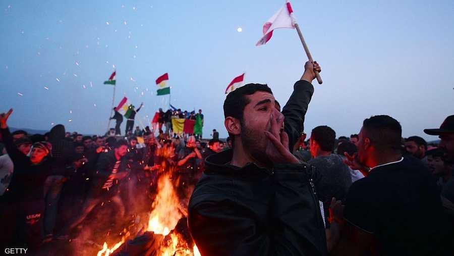 يشعل الأكراد النار ويقفزون فوقها كناية عن التجدد والتطهر لعام جديد