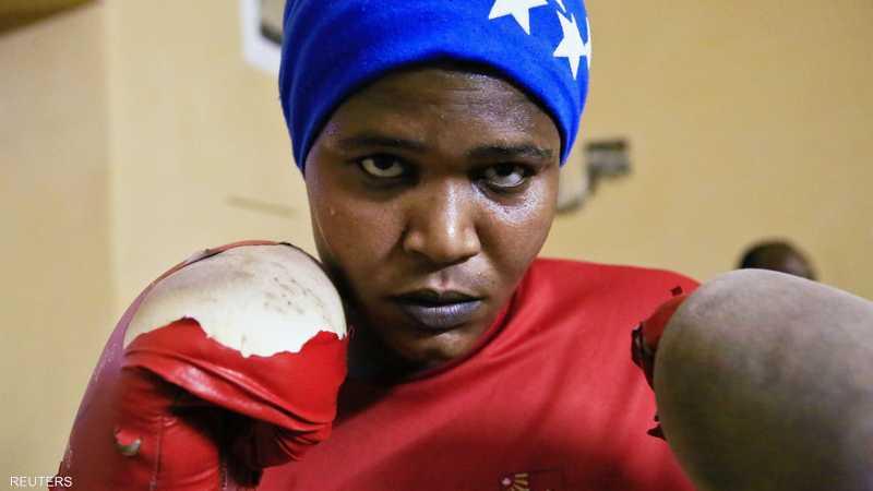 سودانية تمارس رياضة الملاكمة في أم درمان