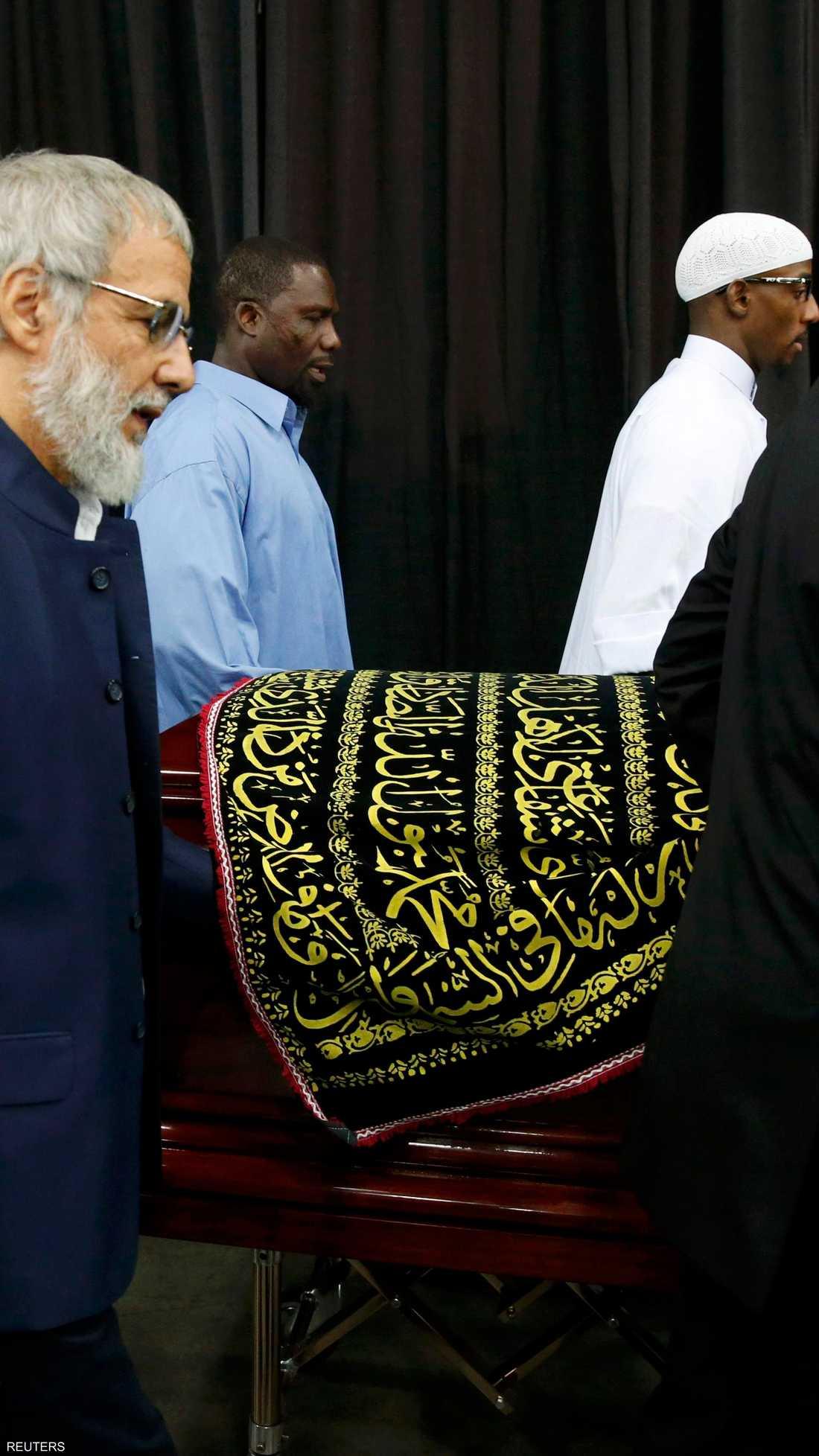 نعش محمد علي تزيّن بآيات قرآنية