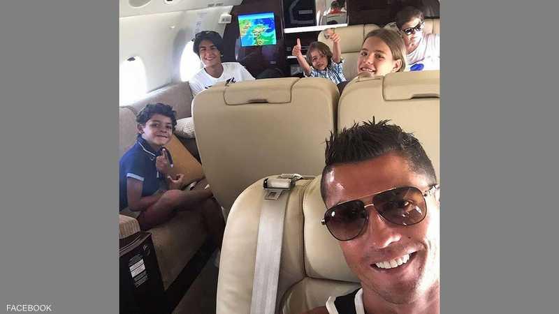 بعد التتويج.. النجم البرتغالي في طائرته الخاصة يستمتع رفقة والدته وابنه وبعض أقاربه