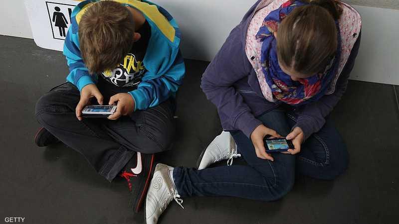 الإفراط في استخدام الهواتف الذكية يؤدي إلى ألم في الظهر بالإضافة إلى انحناء في العمود الفقري العنقي