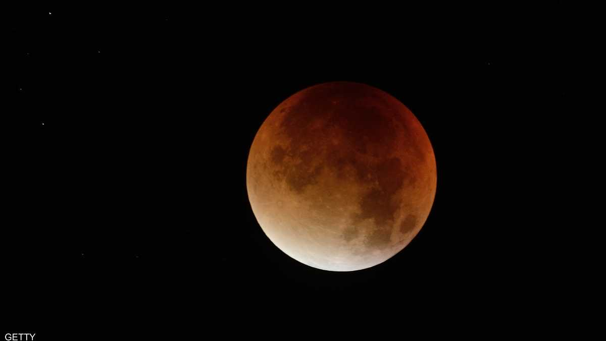 تحذيرات من القمر العملاق الذي يشاهده العراقيون والعالم اليوم